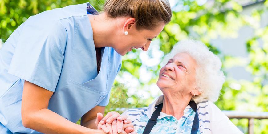 Auxiliar Sociosanitario: en qué consiste y cómo ayuda a nuestros mayores